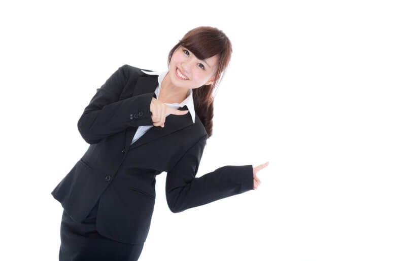 両手で指をさす案内係の女性・紹介