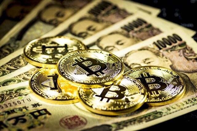 ビットコインと1万円札・仮想通貨イメージ